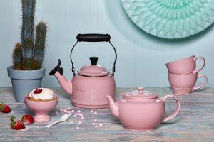 Geschirr in Millennial Pink Küche