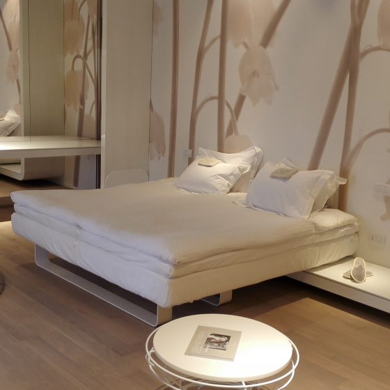 Hotelrom som bruker bærekraftige Møbler