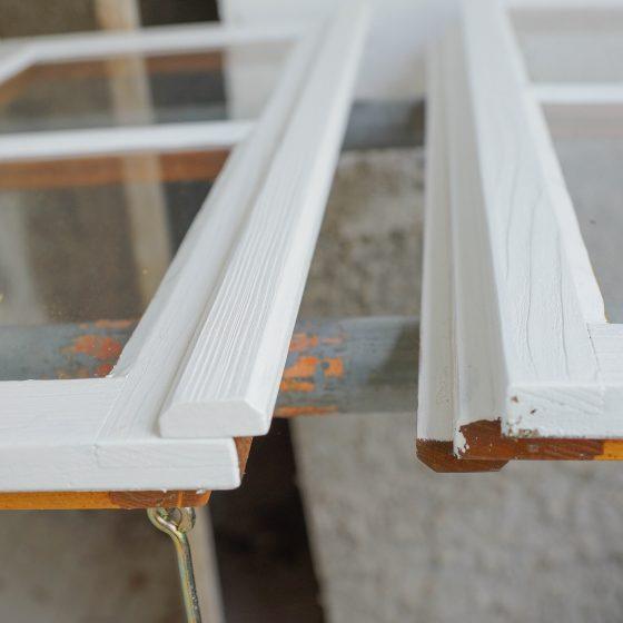 maler huset male vinduer i hvitt og grått