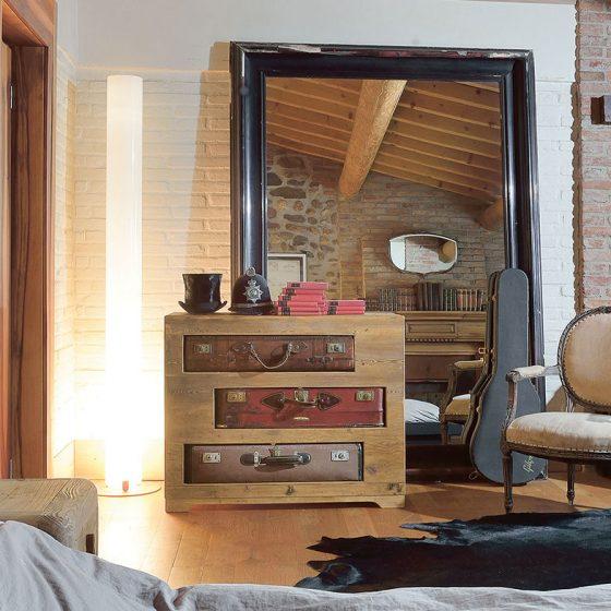 Kommode med kofferter og speil bærekraftige møbler bærekraftig interiør miljøvennlig