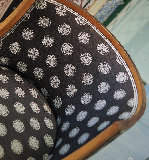 Svart hvitt stoff i tradisjonelt mønster