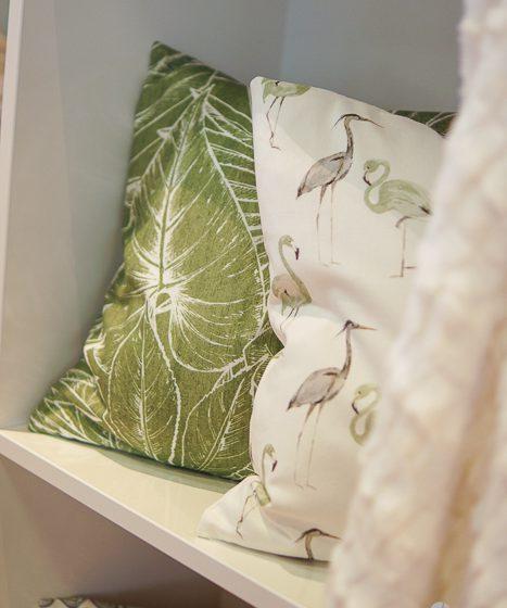 Putevar i grønt og hvitt med blader og fugler