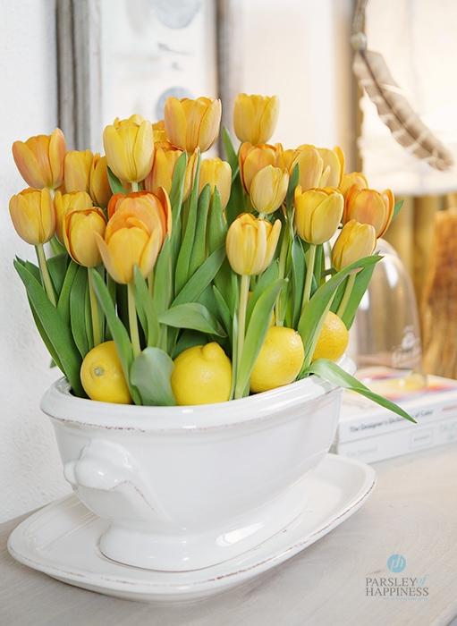 Blomsterdekorasjon med tulipaner Blumendeko mit Tulpen und Zitronen