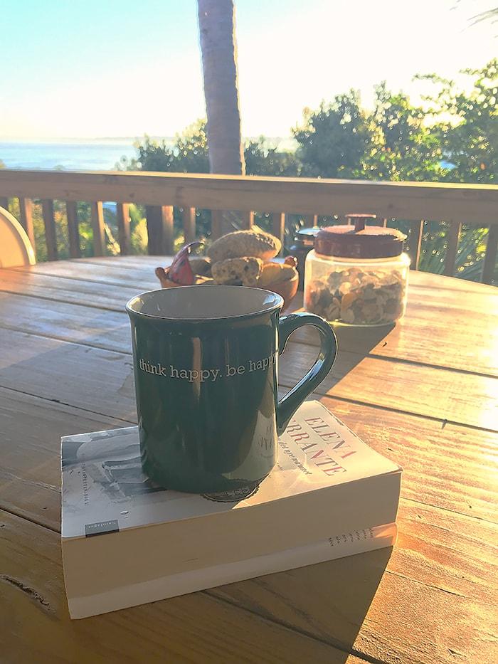 Morgen Kaffe på verandan med utsikt mot sjøen