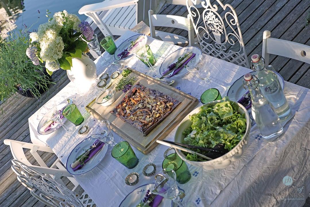 Gartentisch in Blau und Grün