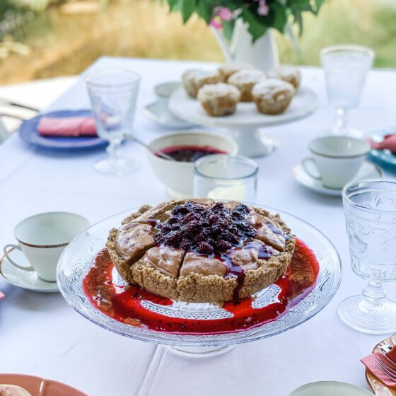 kake med blåbærsaus i hagen