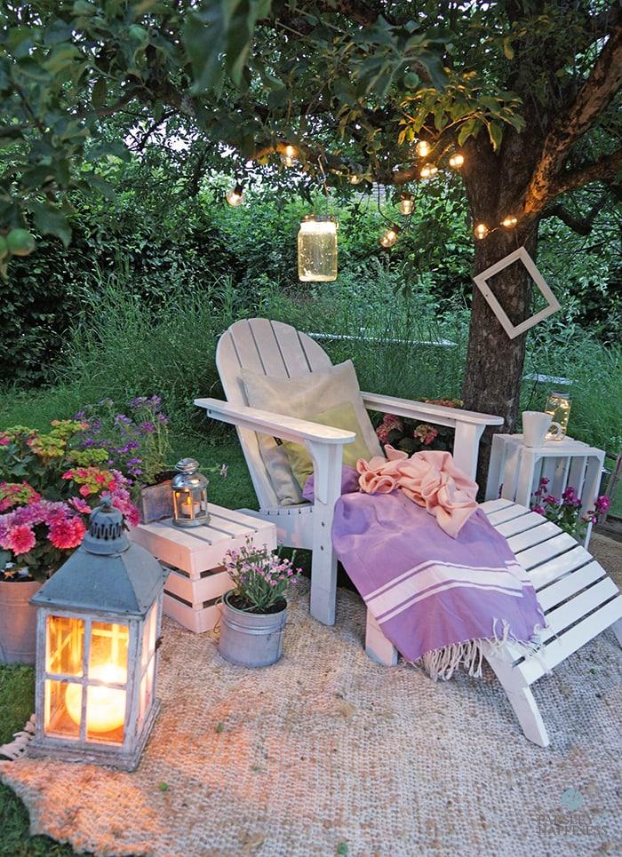 Sitzecke unter einem Baum mit Lichterketten