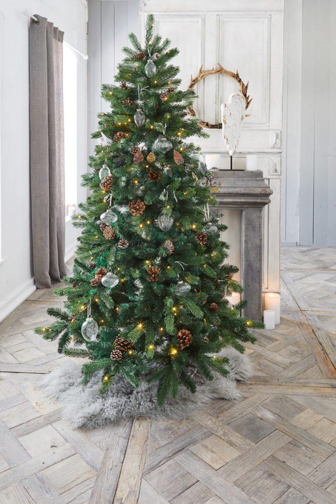 Weihnachtsbaum mit Zapfen und Glassschmuck