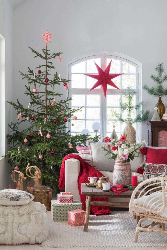 Ekte juletre med rød og hvit pynt