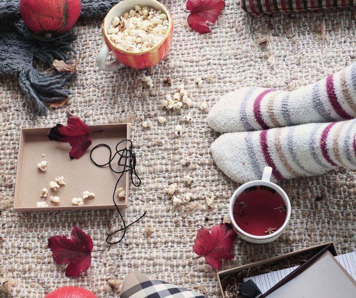Høstpynt med tee, tykke sokker og popcorn