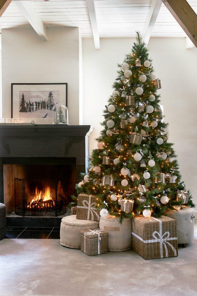 Weihnachtsbaum vor dem Kamin mit Rattan Geschenke
