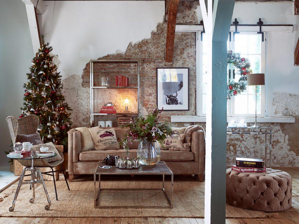 Juletre i elegant industristil stue