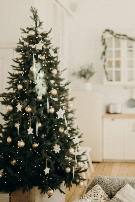 Weihnachtsbaum in weiss unscharf