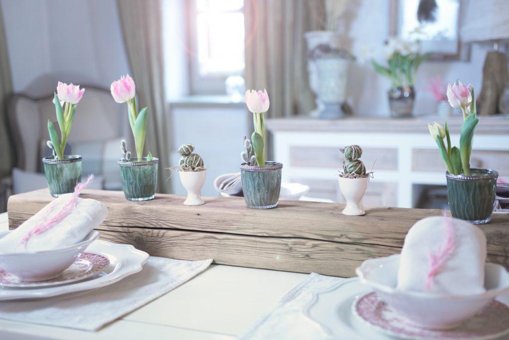Osterhase und Tulpen im Wohnzimmer