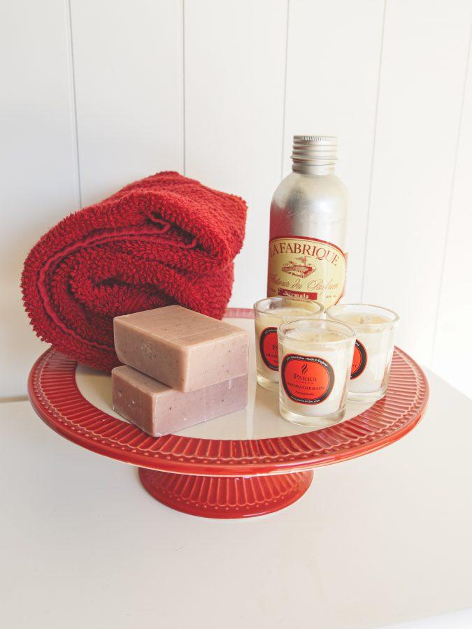 Seife und Badezimmerdeko in Rot