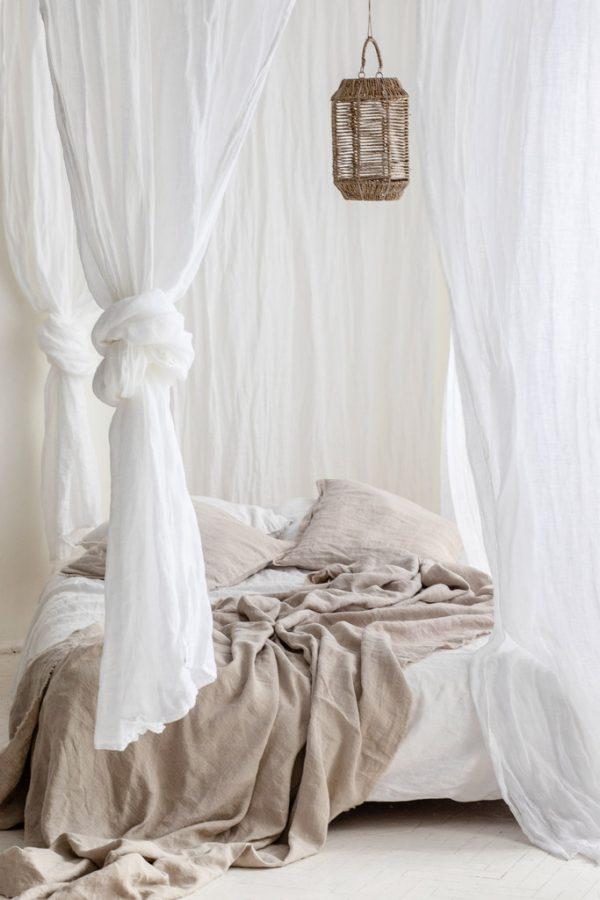 Leinen als Vorhänge und Bettwäsche
