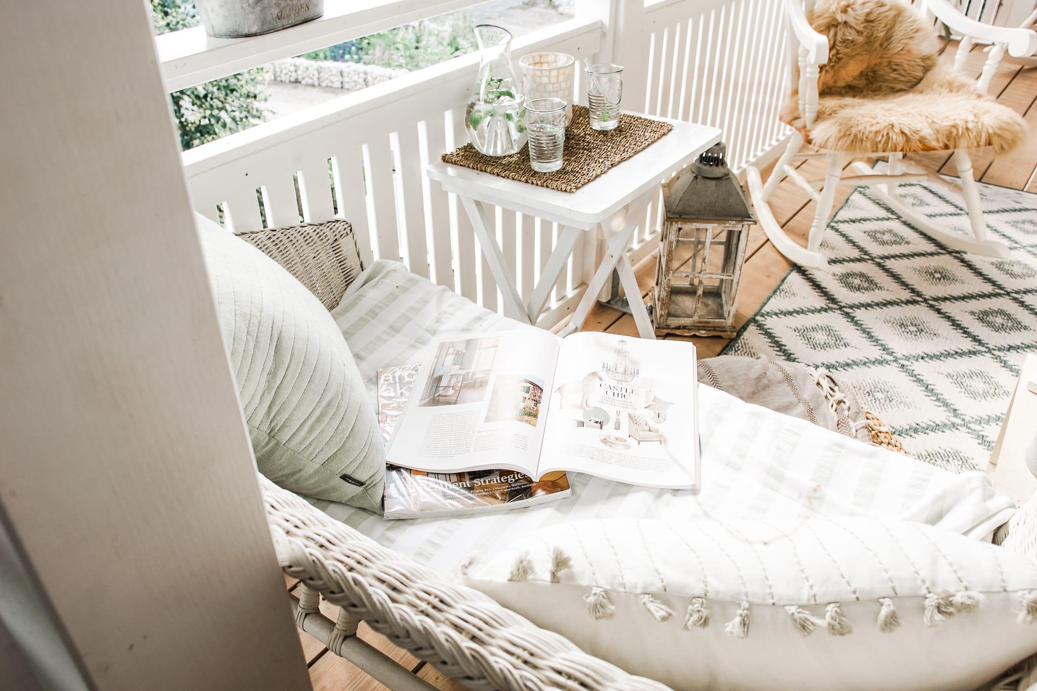 Balkon mit Rattanmöbeln in weis