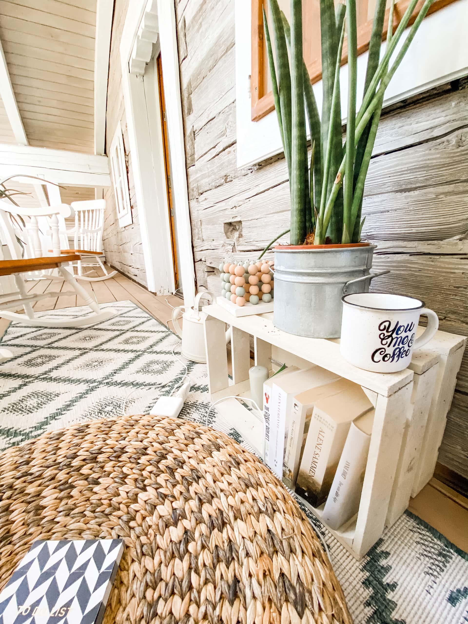 Så lenge det er plass til en kaffekopp, er bordet på den lille balkongen stort nok