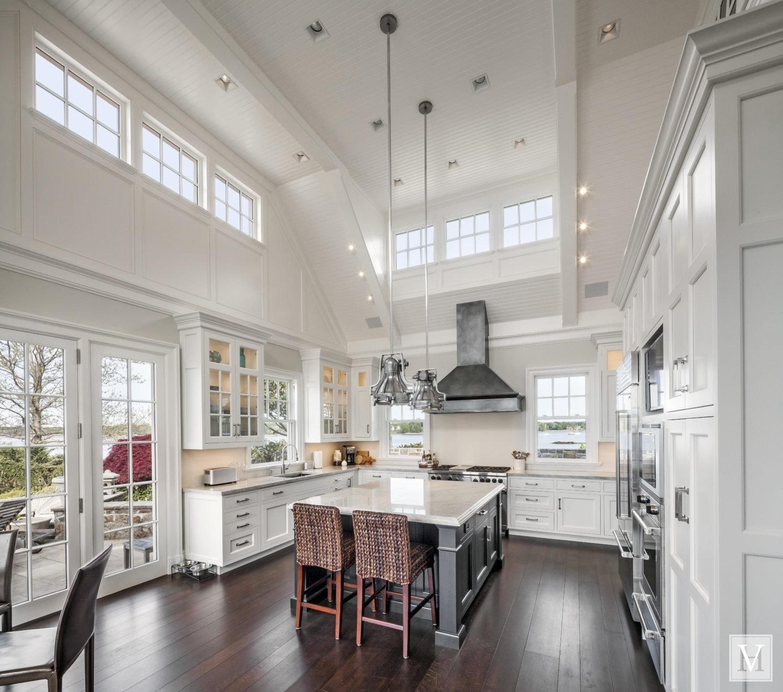 Amerikansk landlig kjøkken new England hvitt kjøkken høy stor takhøyde