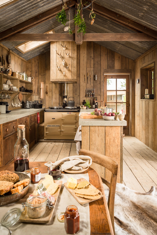 Hyttekjøkken eller landlig kjøkken grovt, ubehandlet treverk