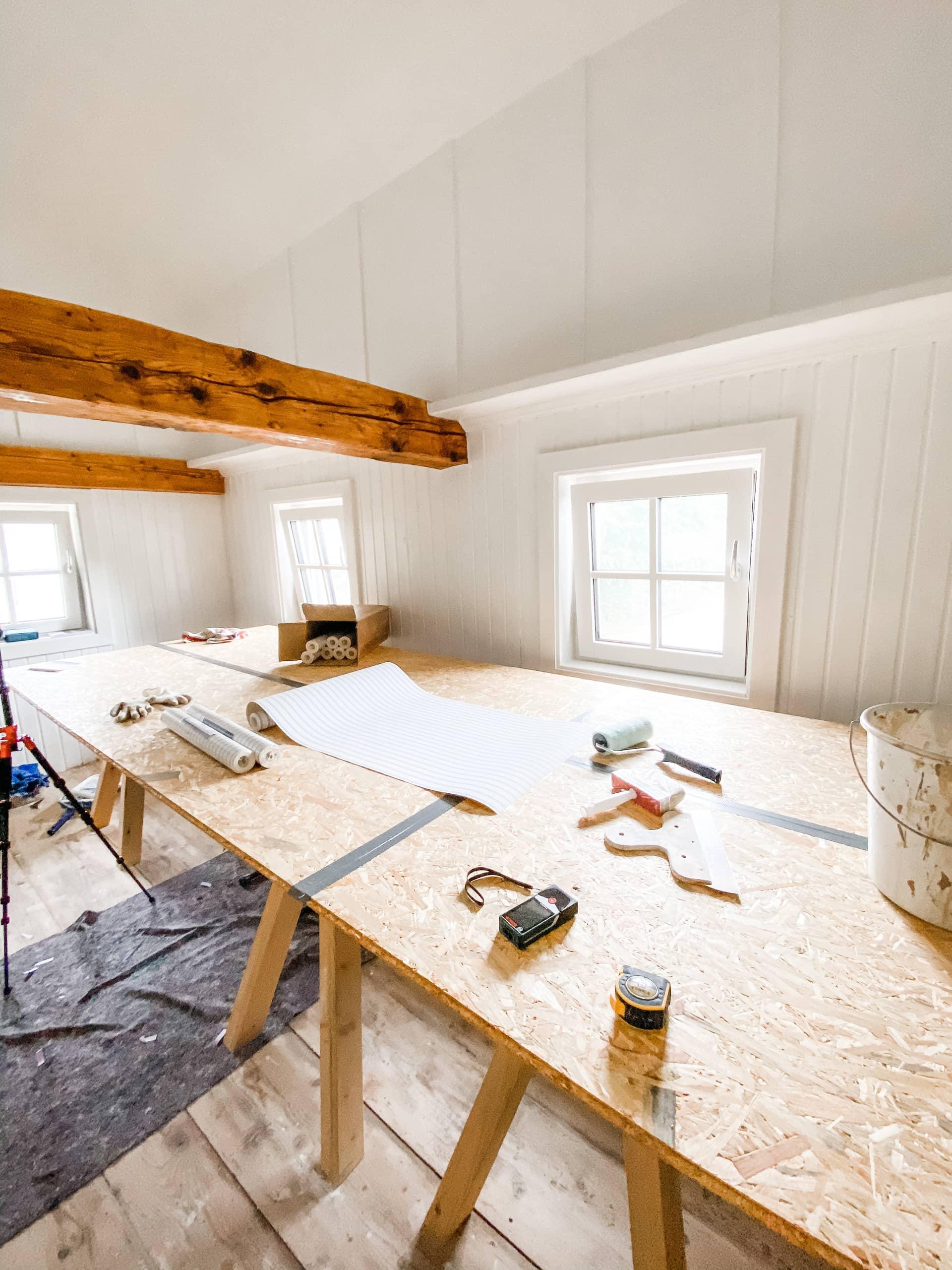 Tapetseringsbord, oppussingsprosjekt, hvite vegger, tresser i taket