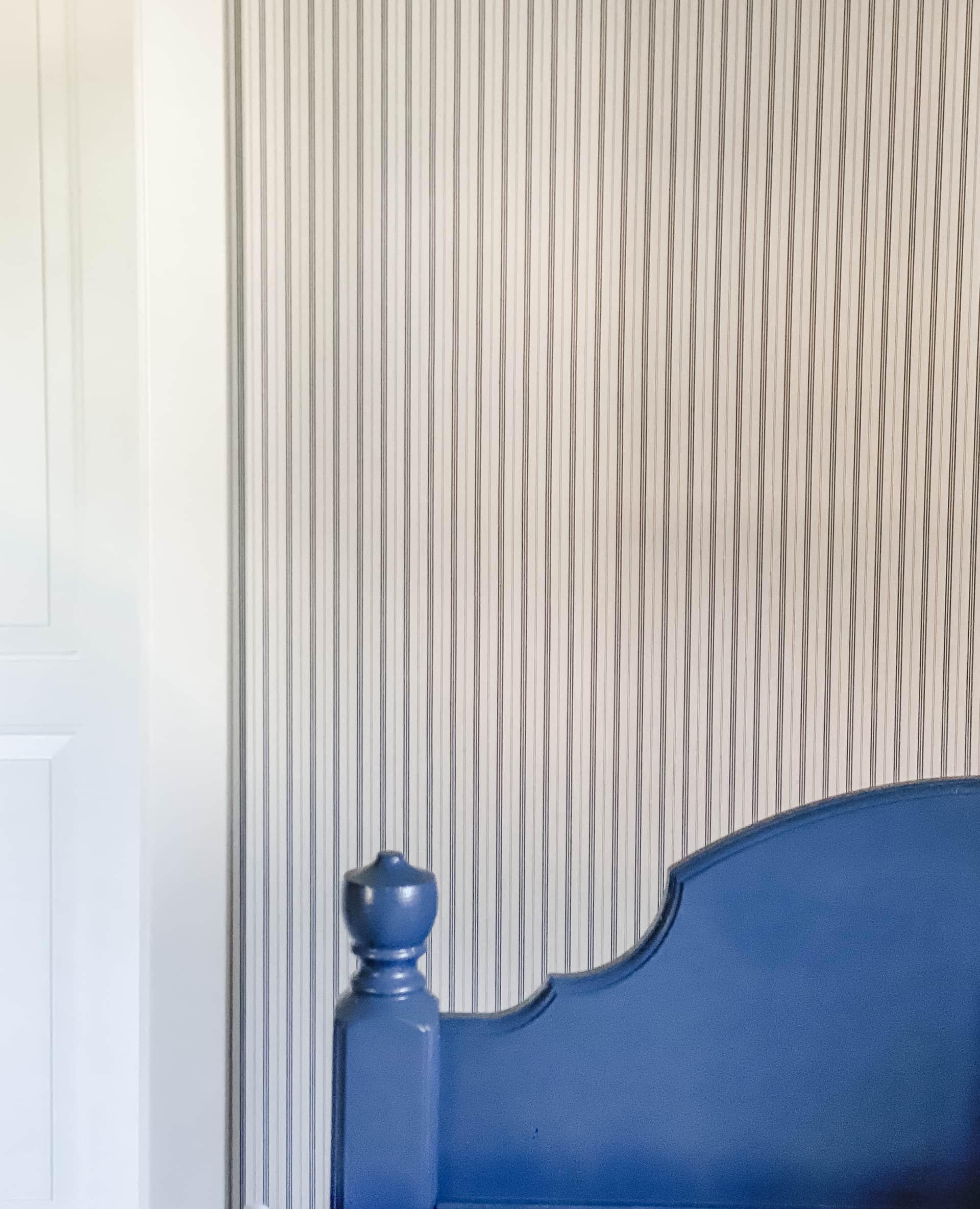 gammel blå seng, stripet tapet