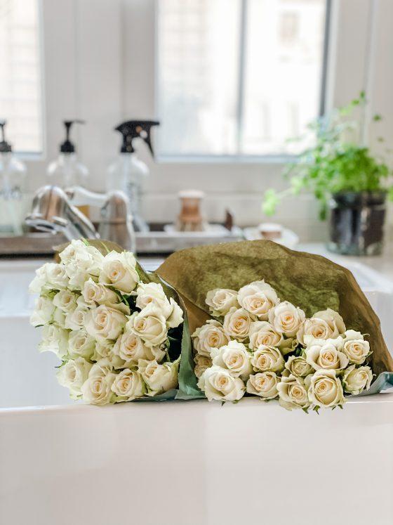 hvite roser på kjøkkent i hvit stor oppvaskkum