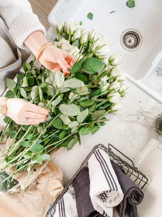 hvite roser interiør kjøkken