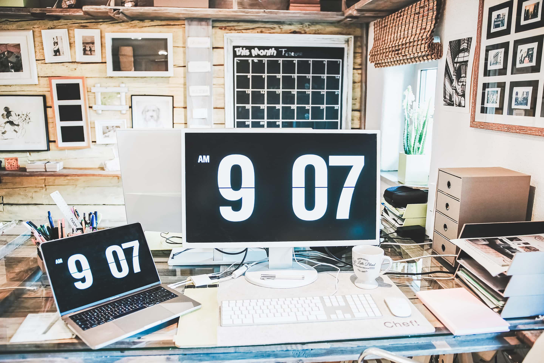 Weißer Monitor, weißer Bildschirm - Schreibtisch,