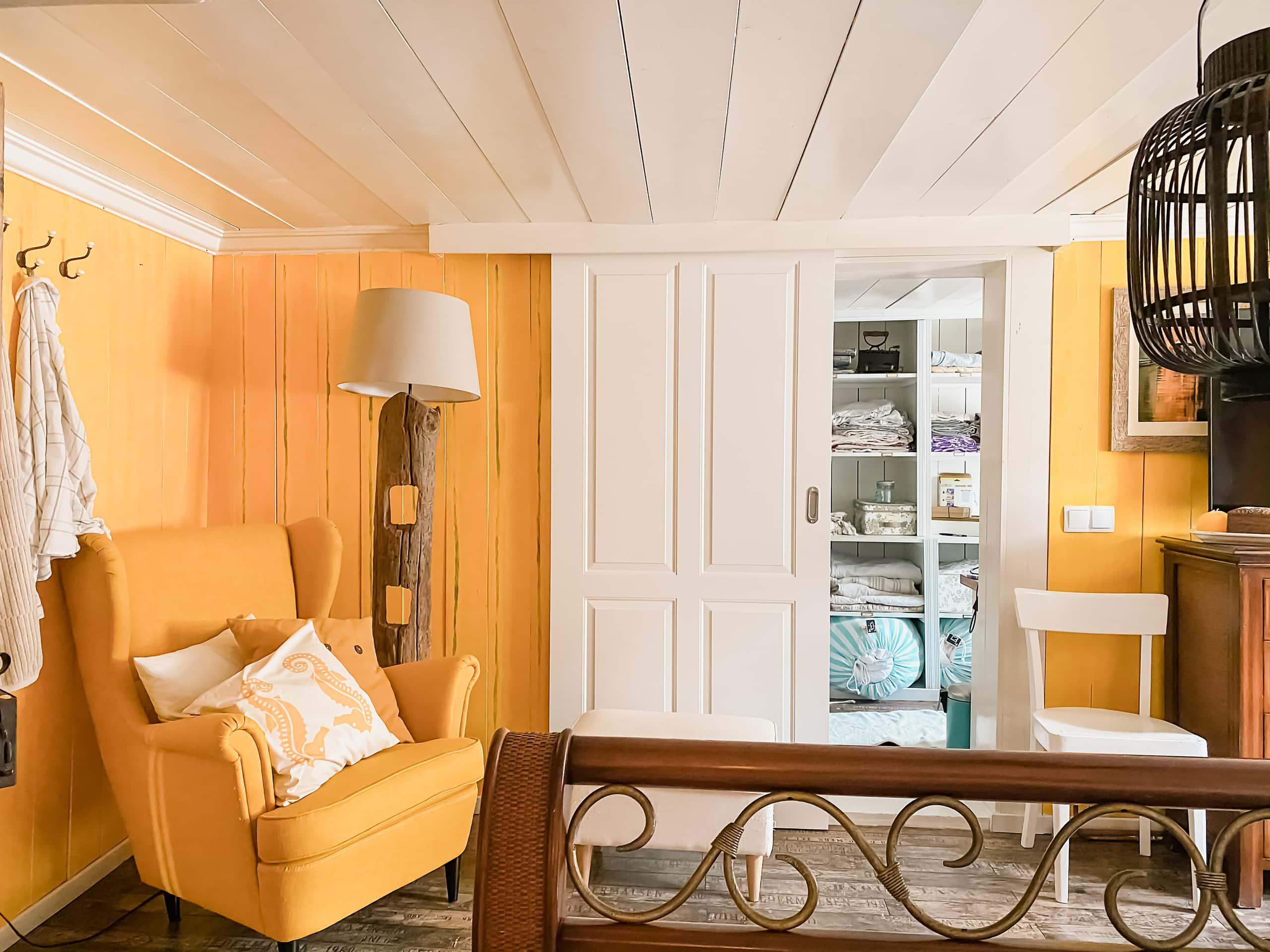 male tak, hvitt tak, gule vegger, interiør