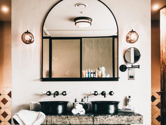 Waschbecken am Waschtisch schwarz weiss