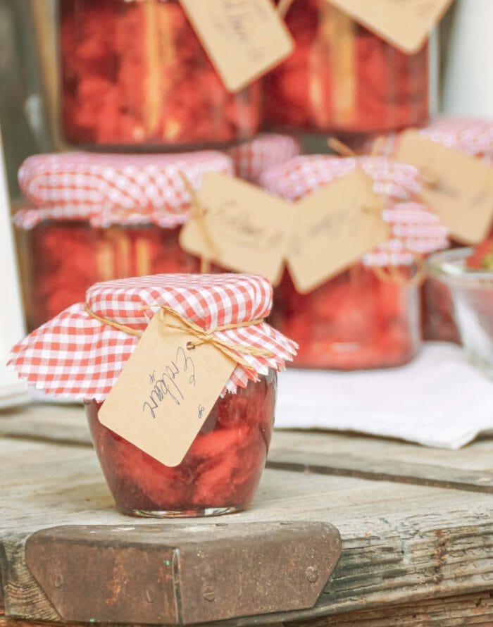 Selbstgemachte Erdbeermarmelade als Gastgeberschenke