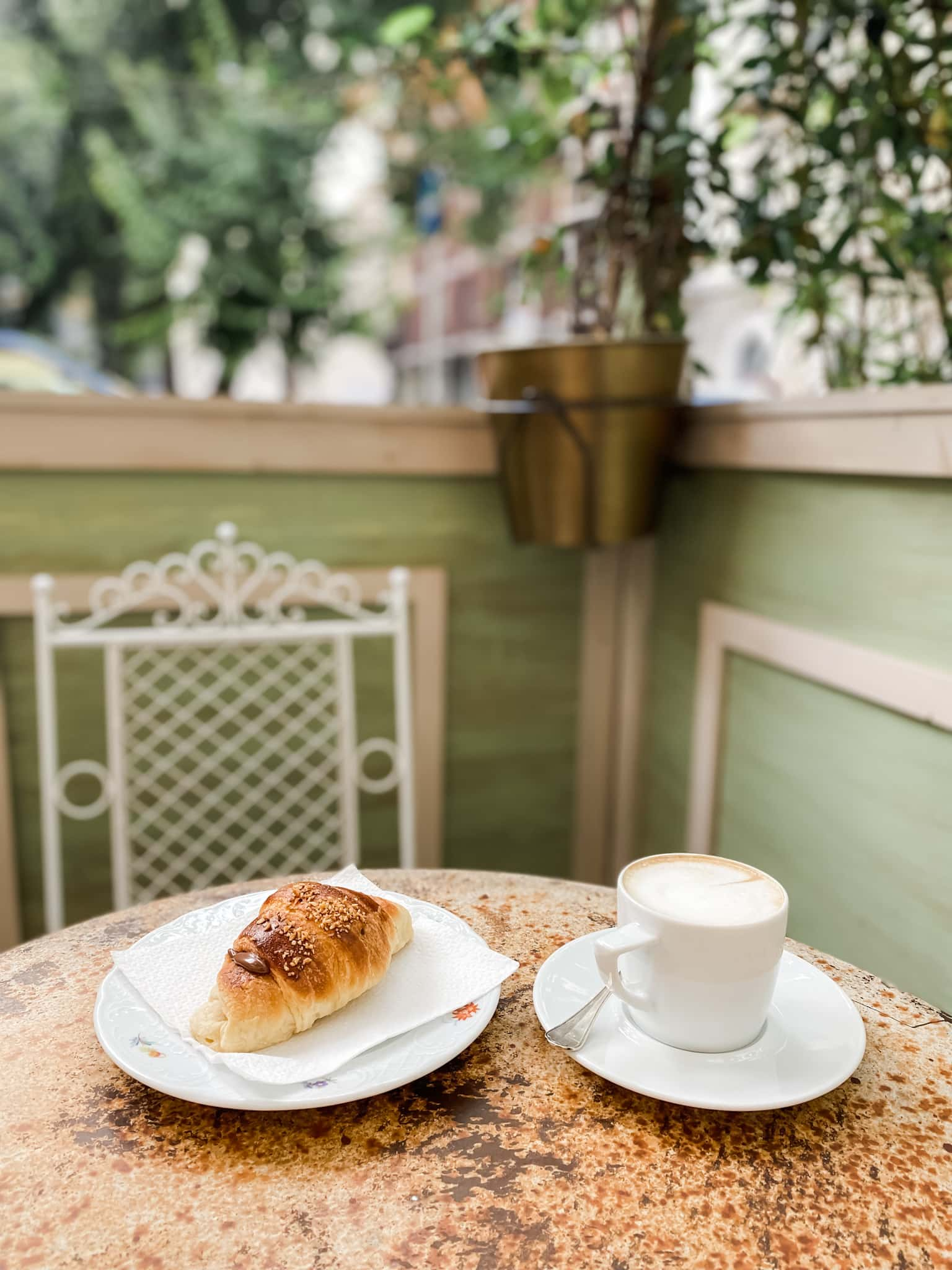 De mest instagram-vennlige cafeene i Milano Kaffe og Croissant på en kaffe i Milano