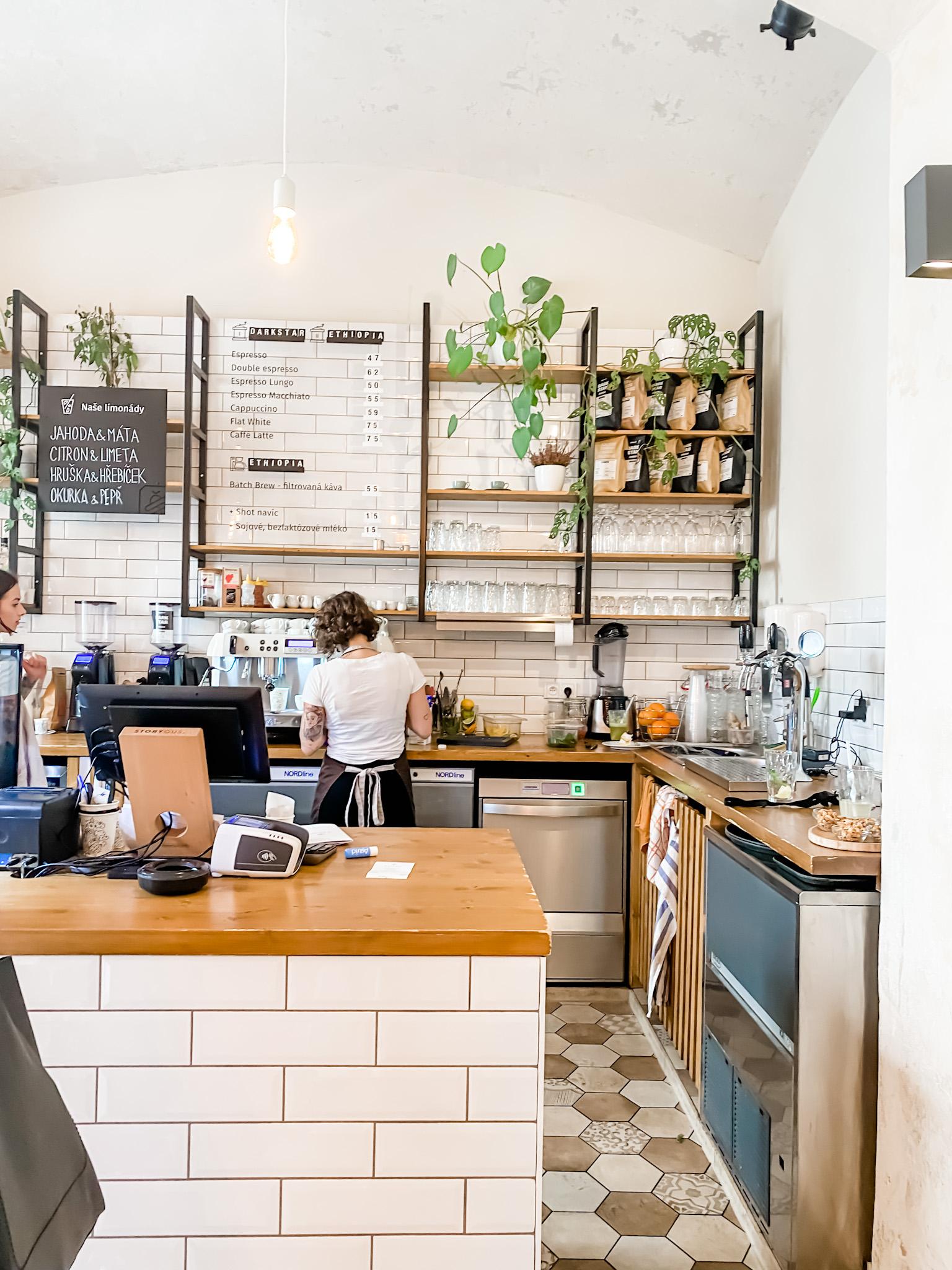 Du sitzt in einem wunderschönen Café und das gehört geteilt, wir schreiben trotz allem 2021. Doch die Fotos werden gar nicht schön. Ganz normal, außer du hast ein paar Tricks in petto. Hier sind meine besten Tipps für schöne Bilder im Café.